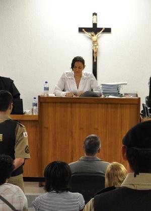 Juíza Marixa Rodrigues (alto) conduz no fórum de Contagem (MG) julgamento de Bola (centro, abaixo) por crime cometido em 2000