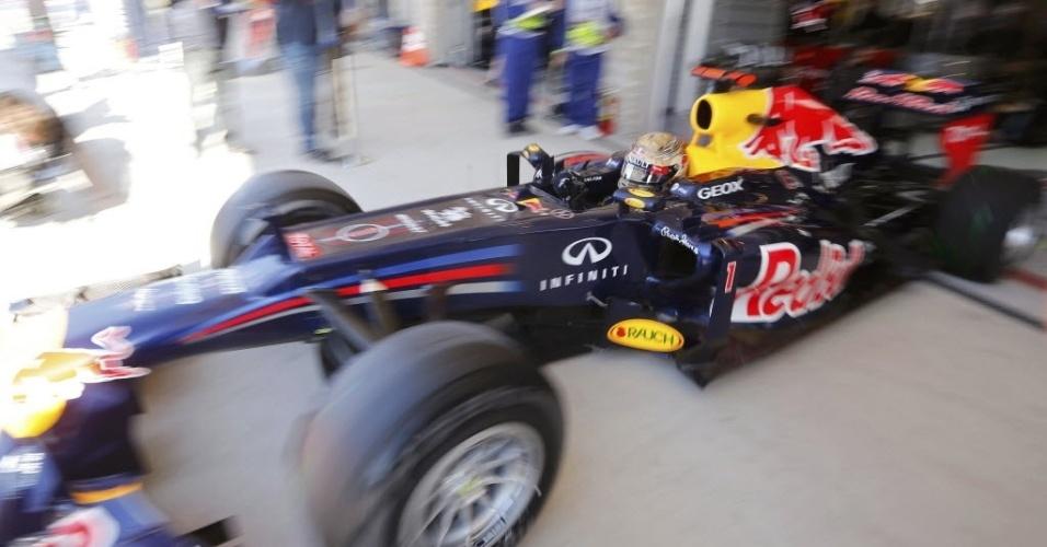 Sebastian Vettel dirige para fora das garagens do boxes da Red Bull para participar dos treinos livres para o GP dos Estados Unidos