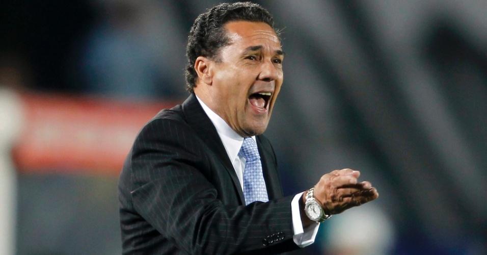 Técnico do Grêmio, Vanderlei Luxemburgo grita com seus comandados na partida contra o Millonarios da Colômbia