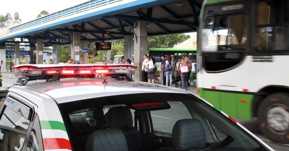 17.nov.2012 - Após onda de ataques contra ônibus, policiais escoltam motoristas no Terminal Integração Canasvieiras, no bairro de Canasvieiras, norte de Florianópolis