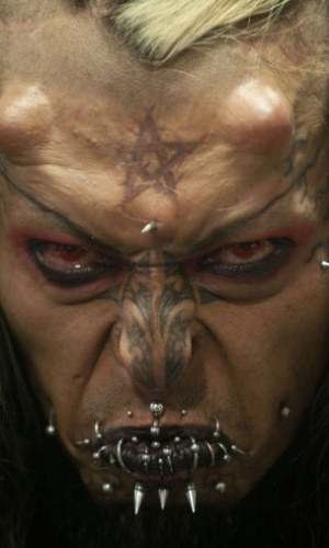17.nov.2012 - Cain Tubal, artista colombiano, posa exibindo tatuagens, piercings e implantes de silicone na testa durante convenção de tatuagens em Medellín (Colômbia)