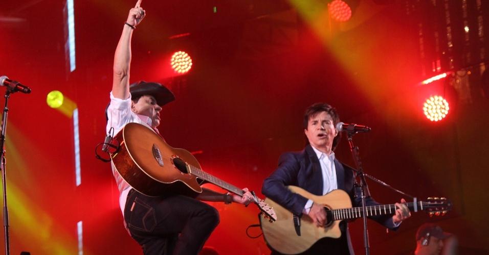 A dupla Chitãozinho e Xororó durante show na primeira noite do Caldas Country Show, em Caldas Novas (16/11/2012)
