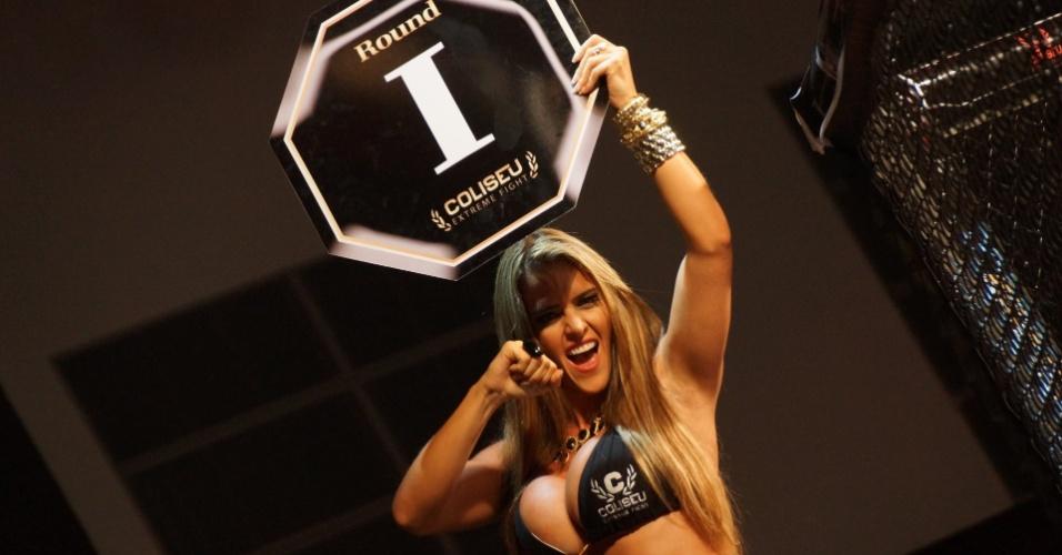 """A ex-assessora parlamentar Denise Rocha, que ficou conhecida como """"Furacão da CPI"""" após ter sido demitida por conta de um vídeo íntimo ter vazado na internet, estreou na função de ring girl no Coliseu Extreme Fight, evento de MMA que aconteceu Maceió"""