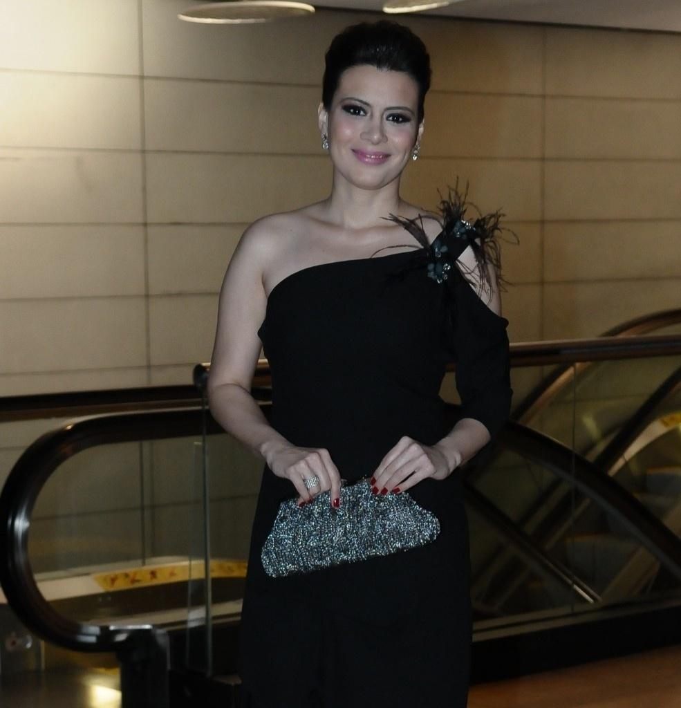 A jornalista Michele Loreto chega para o casamento de Tiago Leifert (17/11/12)