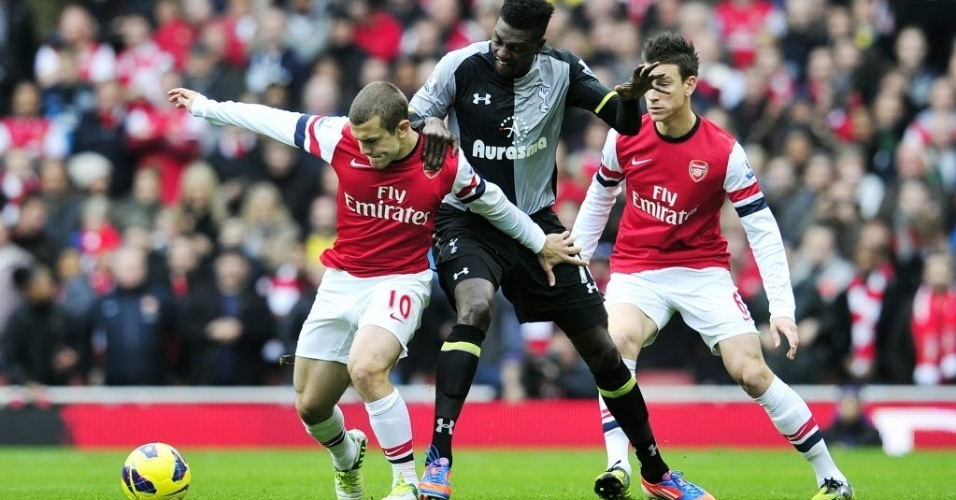 Adebayor, do Tottenham, disputa bola com Wilshere, do Arsenal, durante o clássico londrino