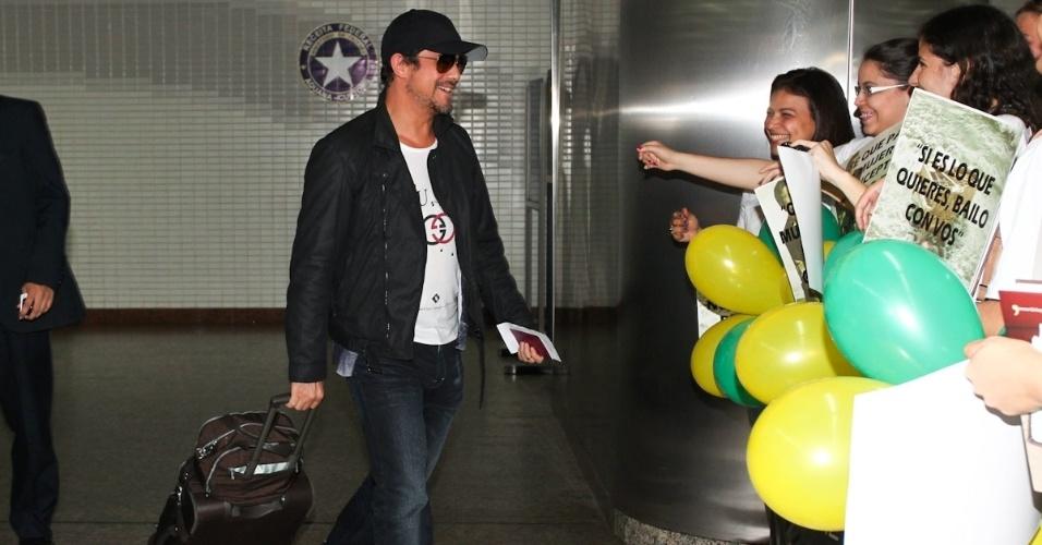 Alejandro Sanz desembarca no Aeroporto Internacional de Guarulhos e causa tumulto com fãs (17/11/2012)