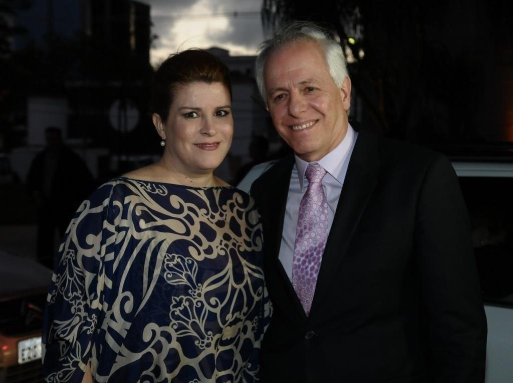Ana Claudia Cruz e Milton Leite chegam para o casamento do repórter Tiago Leifert em São Paulo (17/11/12). A irmã de Tiago, Marcela, também se casa no mesmo dia com o diretor do programa de Jô Soares, Willem van Weerelt. Tiago se casa com a jornalista Daiana Garbin