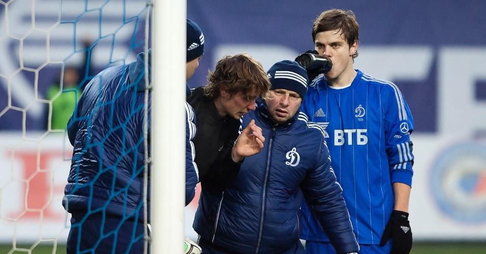 Anton Shunin, goleiro do Dínamo de Moscou, é atendido após ser atingido por um foguete na partida contra o Zenit