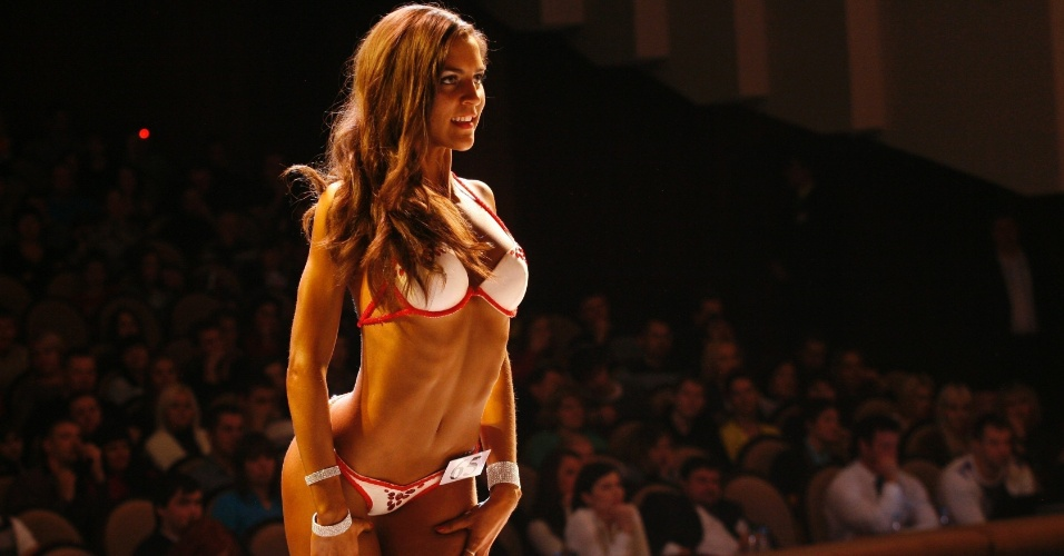 Bela participante do Strongo Cup, torneio de fisiculturismo na Rússia, posa para foto de bikini