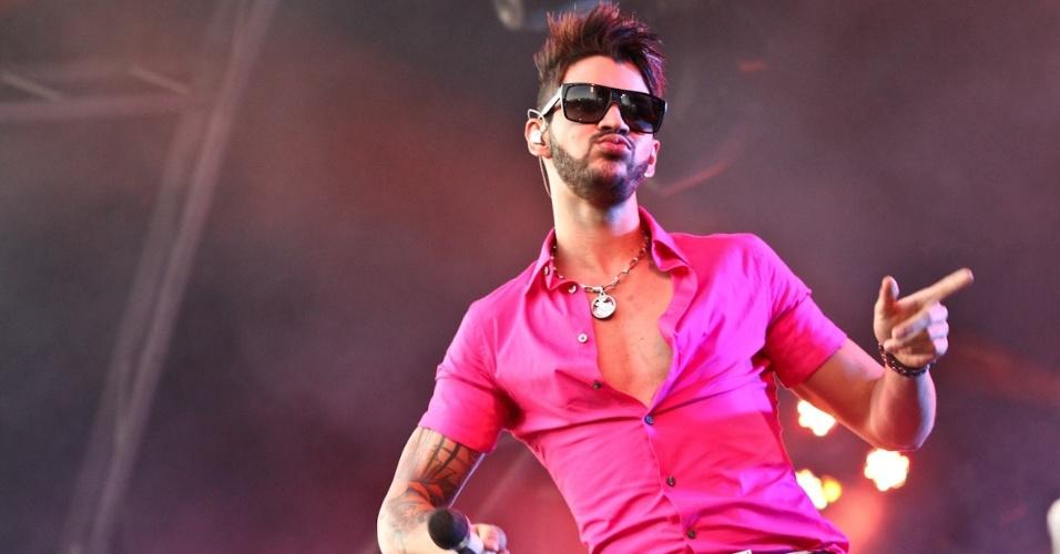 De óculos escuros e camisa rosa choque, Gusttavo Lima se apresenta na primeira noite do Caldas Country Show, em Caldas Novas (16/11/2012)