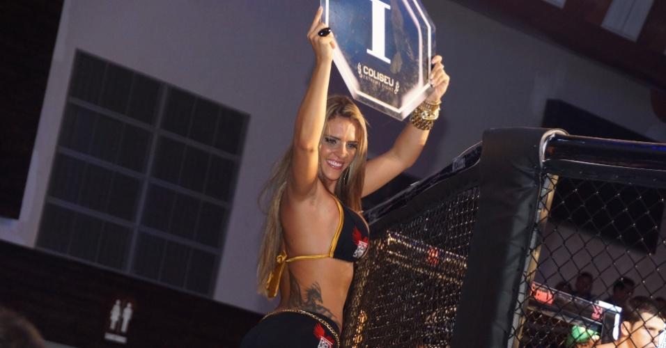 Denise Rocha, o Furacão da CPI estreou como ring girl no Coliseu Extreme Fight, em Maceió