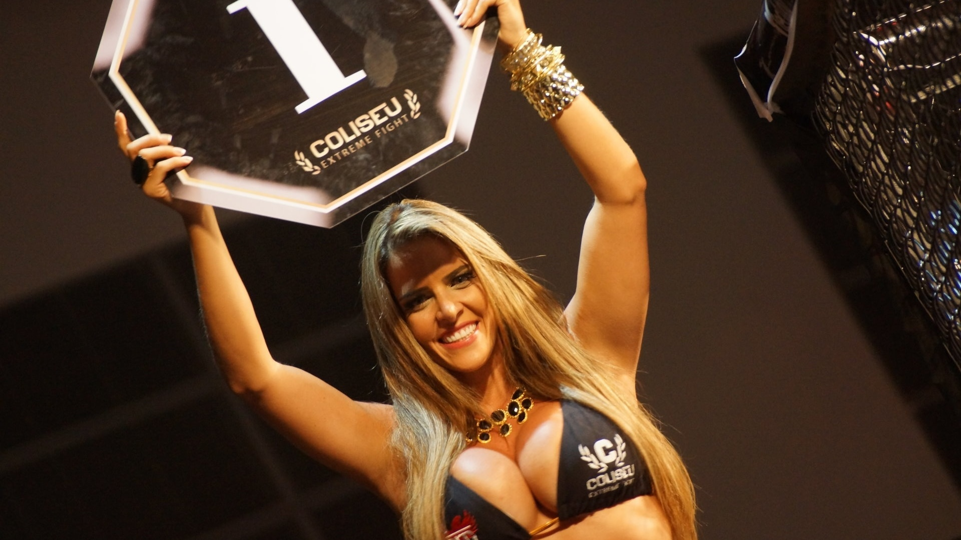 Denise Rocha, o Furaco da CPI, estreou como ring girl no Coliseu Extreme Fight, em Macei