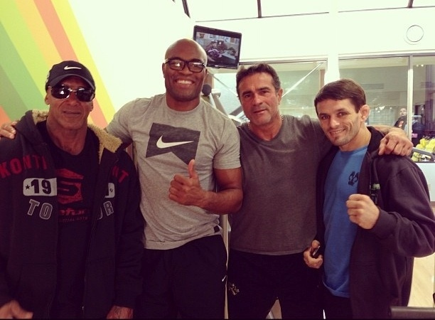 Em Montral para assistir ao UFC 154, Anderson Silva posou ao lado do lutador Rodrigo Damm (d), do preparador Rogrio Cames (e) e do empresrio Jorge Guimares