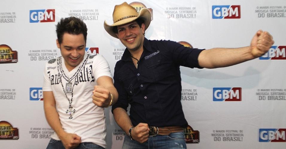 Fernando e Sorocaba brincam nos bastidores do Caldas Country Show, em Caldas Novas, Goiás (16/11/2012)
