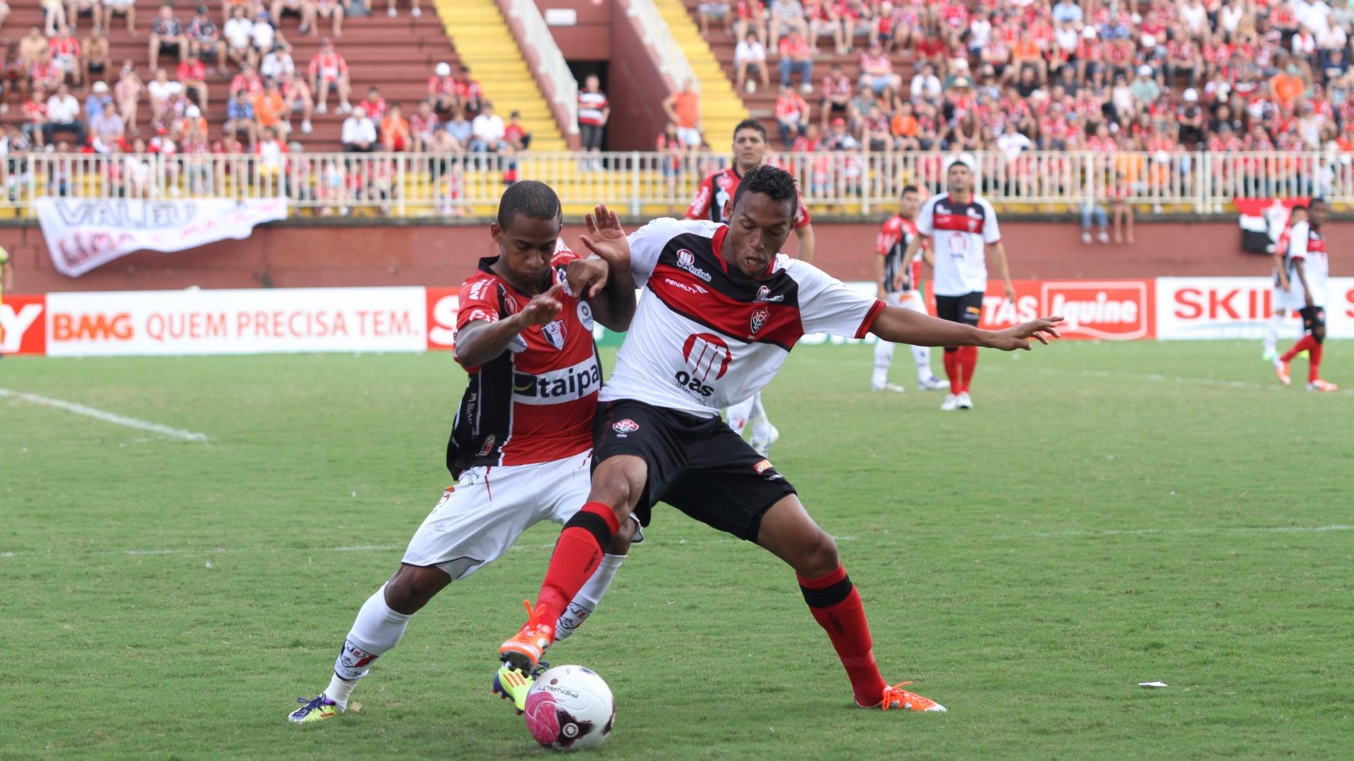 Jogadores de Joinville e Vitória disputam a bola na partida que terminou empatada por 1 a 1, pela Série B do Campeonato Brasileiro