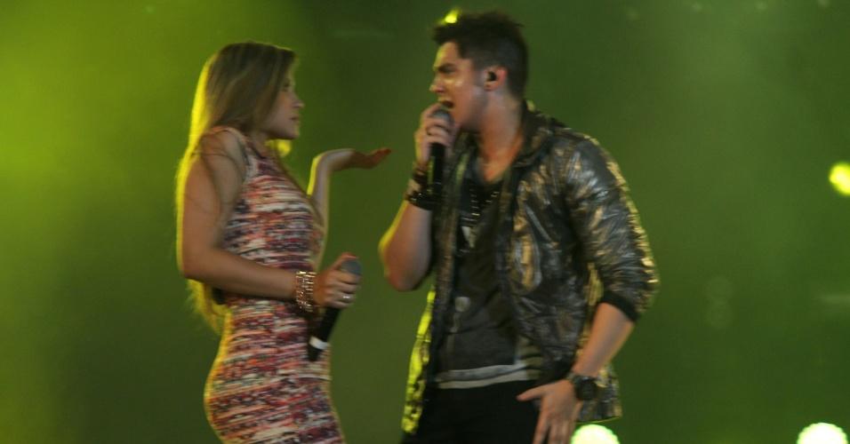 Luan Santana dança com com backing vocal durante show na primeira noite do Caldas Country Show, em Caldas Novas (16/11/2012)