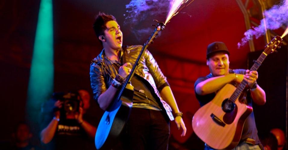 Luan Santana lança chamas de seu violão durante show na primeira noite do Caldas Country Show, em Caldas Novas (16/11/2012)