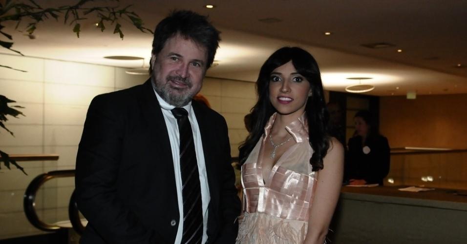 O cabeleireiro Wanderley Nunes chegou para o casamento de Tiago Leifert acompanhado da namorada (17/11/12)