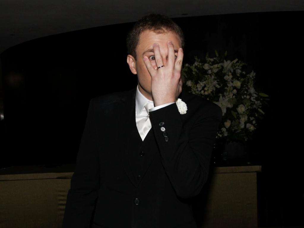 Tiago Leifert mostra e beija a aliança em conversa com os repórteres na saída de seu casamento com Daiana Garbin, que preferiu não aparecer para ser fotografada (17/11/12)