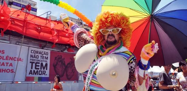 Público se prepara para a 17ª Parada do Orgulho LGBT, popularmente conhecida como Parada Gay, na tarde deste domingo (18), na orla de Copacabana (RJ)