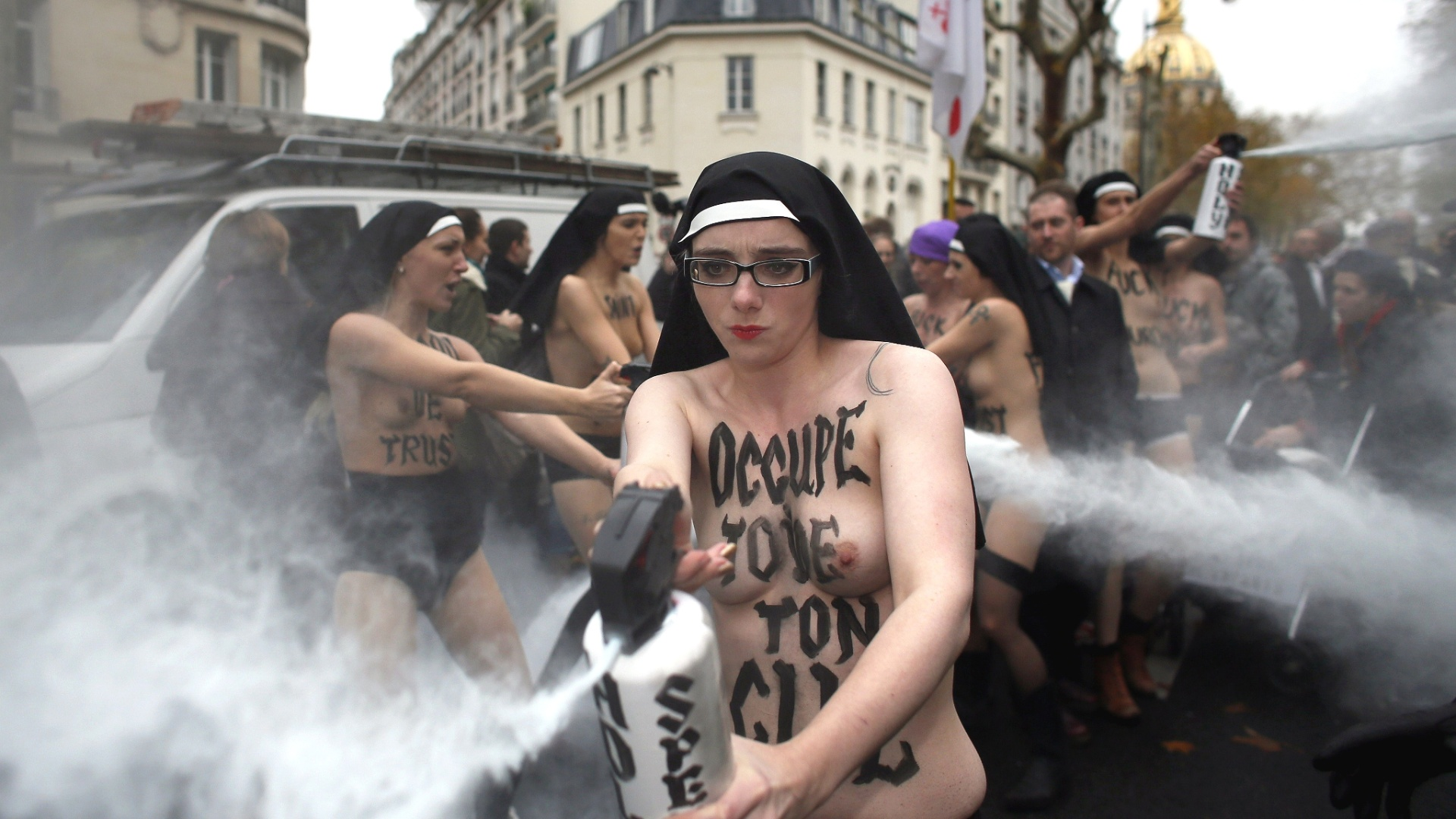18.nov.2012 - Ativistas do grupo feminista Femen usam spray durante protesto, em Paris (Frana), contra a oposio da Igreja Catlica ao casamento gay