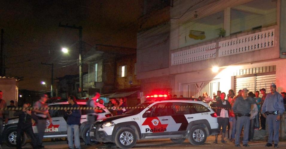 18.nov.2012 - Corpo coberto de homem baleado em Guarulhos, fica estendido no chão da rua Madre de Deus de Minas, no bairro do Taboão, onde aconteceu o crime