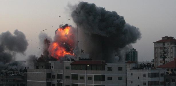 Explosão atinge a Faixa de Gaza em nova ofensiva de Israel, desta vez pelo litoral, no quinto dia de conflito