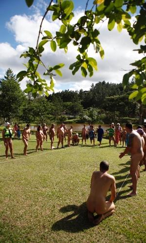 18.nov.2012 - Um grupo de adeptos do naturismo se reuniu na manhã deste domingo (18), em Guaratinguetá, interior de São Paulo (SP), para uma competição esportiva com 30 modalidades, como biribol, vôlei, corrida de pedalinho e badminton