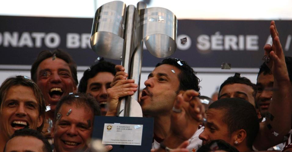 Atacante Fred beija a taça do Campeonato Brasileiro, entregue ao time tricolor após a derrota para o Cruzeiro, no Engenhão