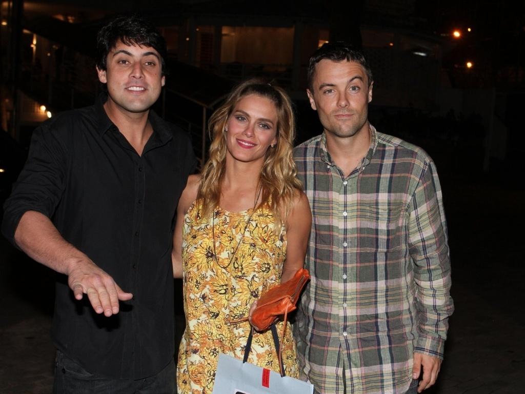 Bruno de Luca, Carolina Dieckmann e Kaiky Britto posam juntos na entrada do clube onde acontece a comemoração do aniversário de 54 anos de Claudia Jimenez
