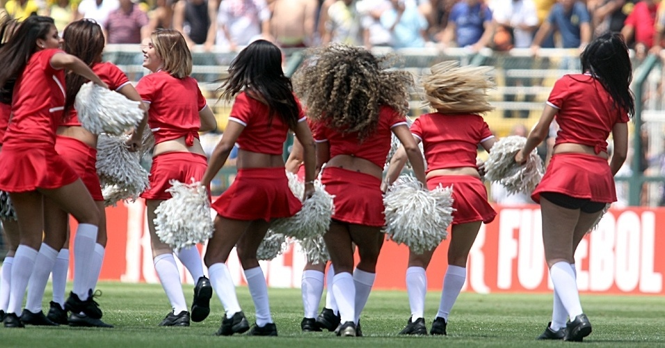 Cheerleaders fazem a festa da torcida na final da Copa Kaiser
