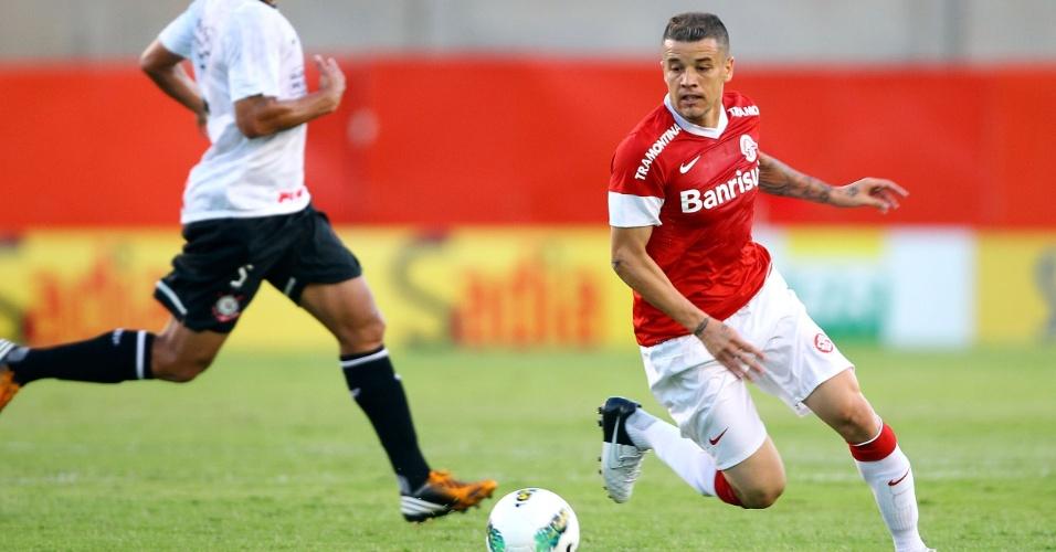D'Alessandro tenta jogada durante jogo Inter x Corinthians no Beira-Rio (18/11/12)