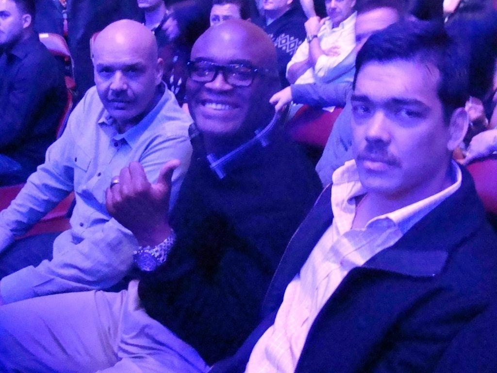 De bigode, Lyoto Machida posa ao lado de Anderson Silva; visual novo vem de uma campanha contra o cncer de prstata
