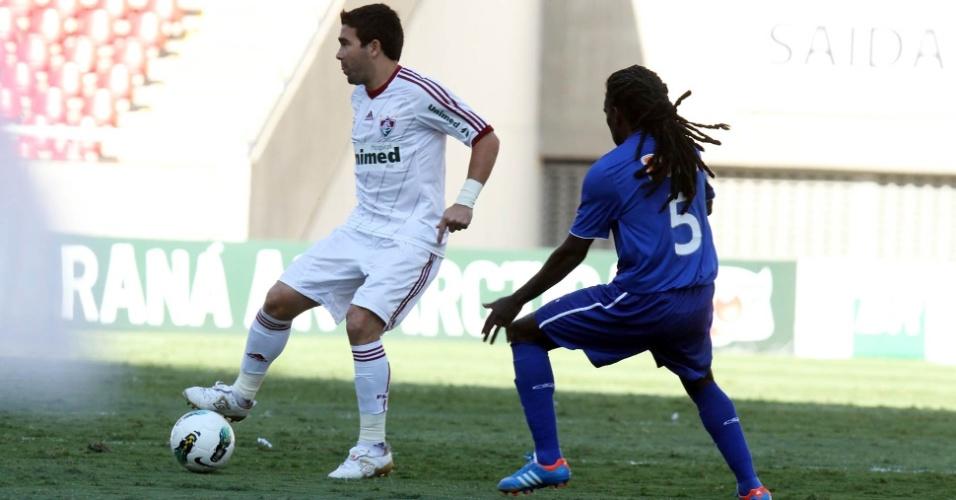 Deco, do Fluminense, é marcado por Tinga, do Cruzeiro, durante partida no Engenhão