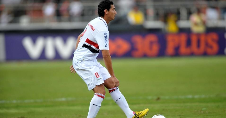Em ação pela primeira vez pelo São Paulo, meia Paulo Henrique Ganso tenta jogada contra o Náutico