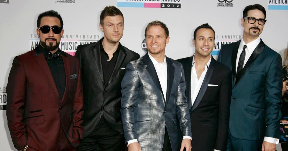 Em sua formação original, o quinteto Backstreet Boys passa pelo tapete vermelho do 40º American Music Awards, em Los Angeles (18/11/12)