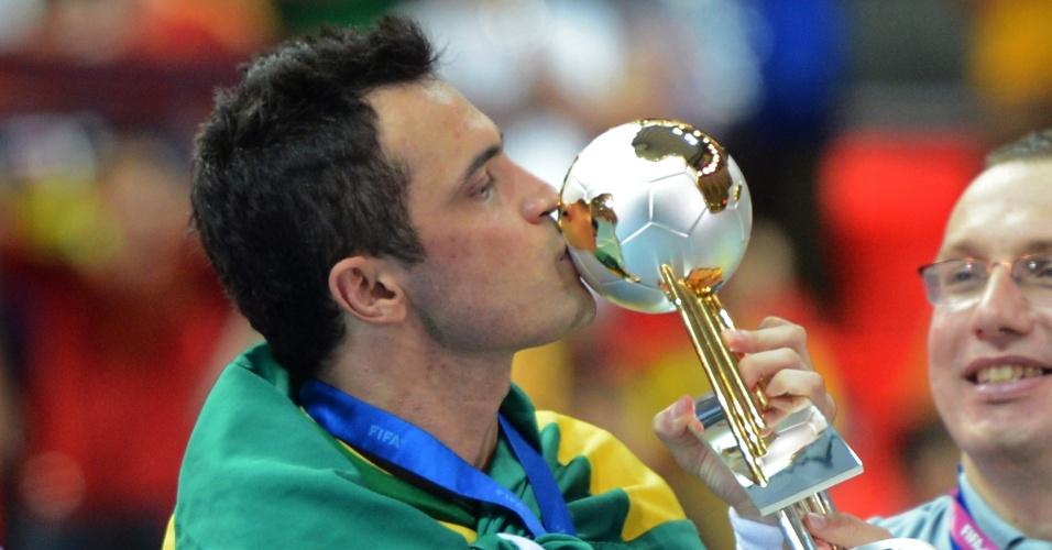 Falcão beija a taça conquistada após vitória por 3 a 2 sobre a Espanha na final do Mundial da Tailândia