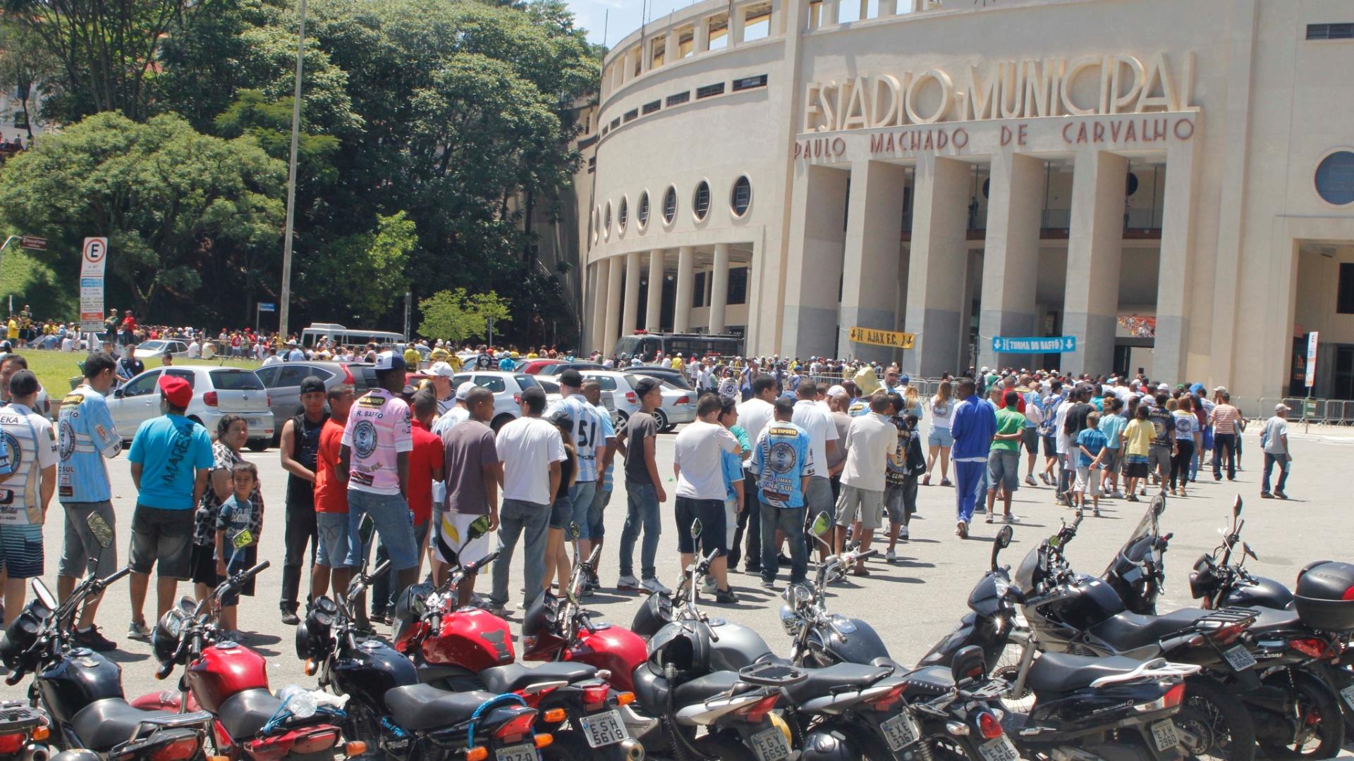 Filas se formaram na entrada dos torcedores para a final da Copa Kaiser