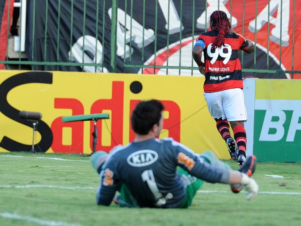 Goleire Bruno, do Palmeiras, vê Vagner Love comemorar o gol de empate do Flamengo no duelo em Volta Redonda