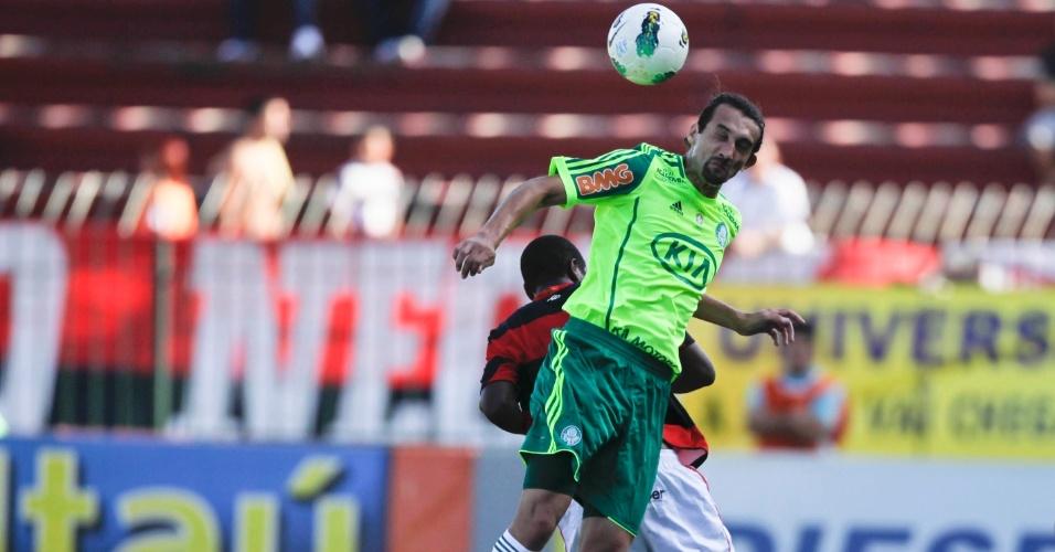 Hernan Barcos briga de cabeça pela bola com jogador do Flamengo em duelo disputado em Volta Redonda