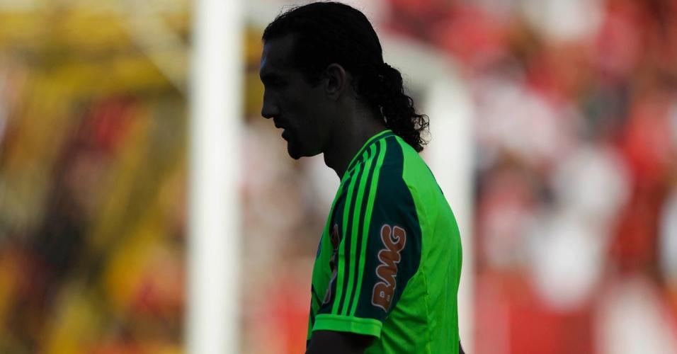 Hernan Barcos deixa o gramado em Volta Redonda após o primeiro tempo da partida contra o Flamengo