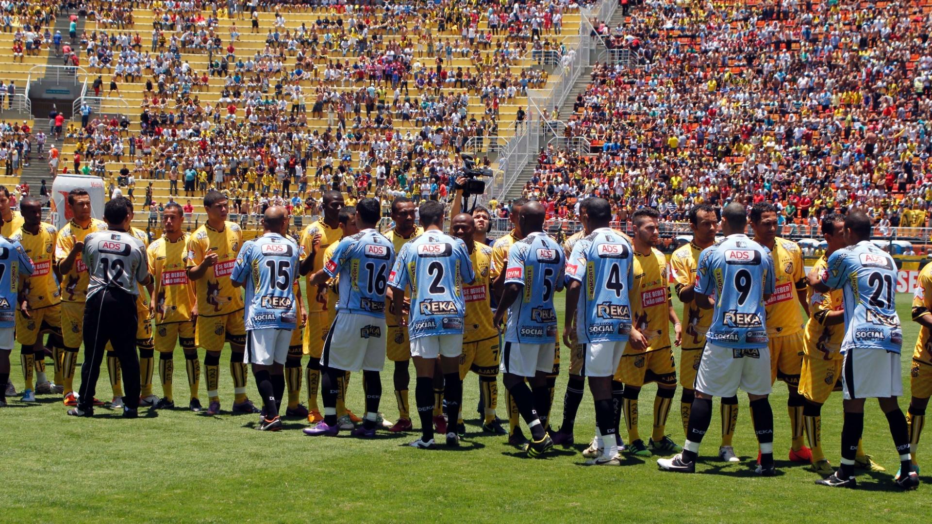 Jogadores de Ajax e Turma do Baffô se cumprimentam antes da partida