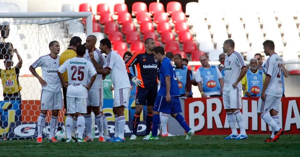 Jogadores do Fluminense reclamam após o árbitro assinalar penalidade máxima a favor do Cruzeiro