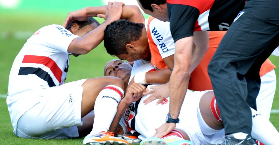 Jogadores do São Paulo abraçam Luis Fabiano após o atacante empatar a partida contra o Náutico