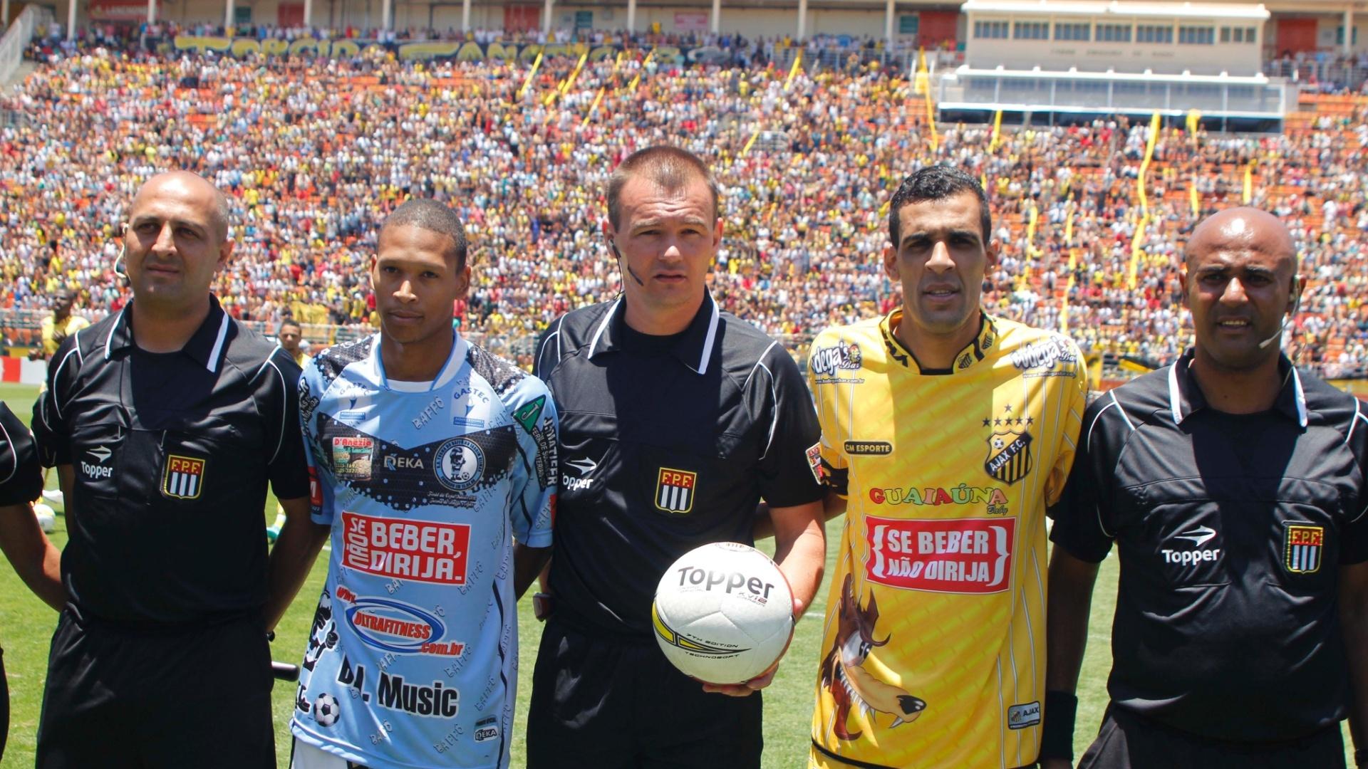 Leandro Vuaden (centro) posa para foto com os capitães dos times da final da Copa Kaiser, no Pacaembu
