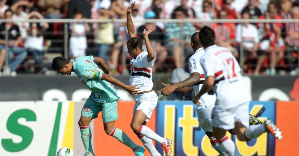 Lucas, do São Paulo, se aplica na marcação durante partida contra o Náutico, pelo Brasileirão