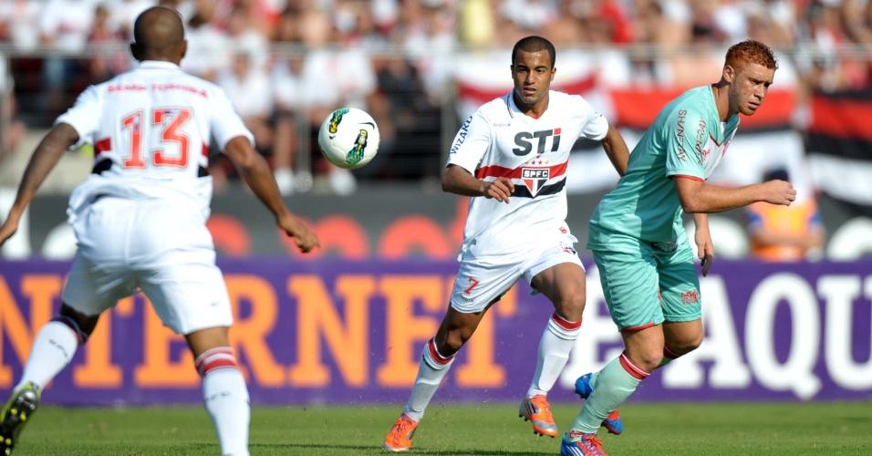 Lucas, do São Paulo, tenta jogada durante a partida contra o Náutico, no Morumbi