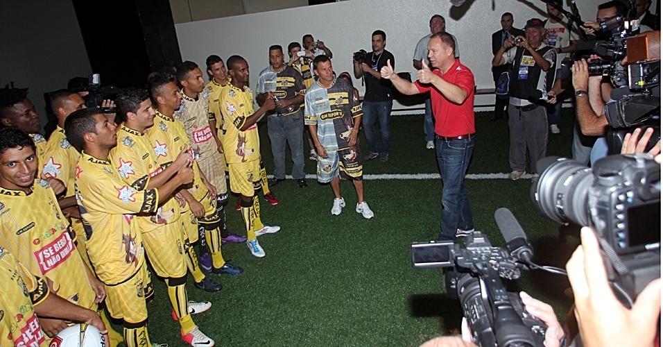 Mano Menezes, técnico da seleção brasileira, conversa com jogadores do Ajax antes da final da Copa Kaiser