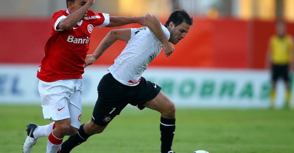 Martínez, do Corinthians, arranca durante a partida contra o Internacional, em Porto Alegre