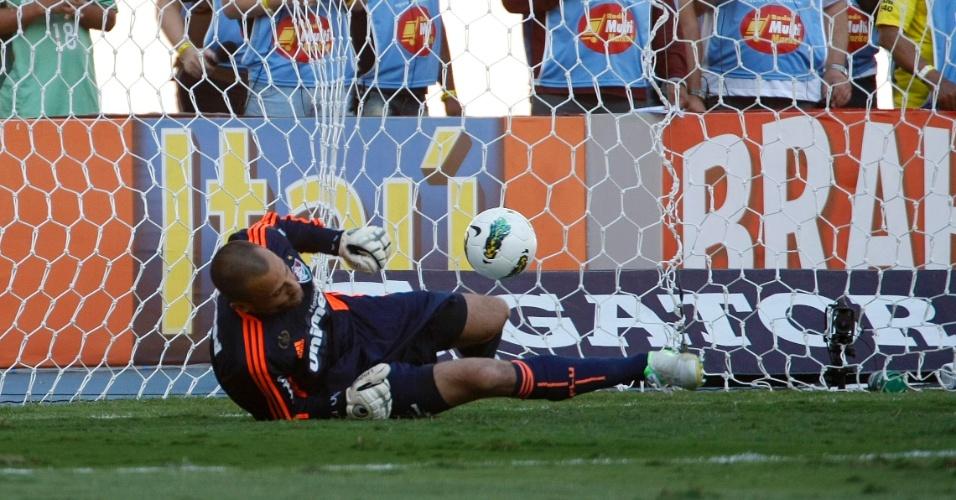 Na cobrança do pênalti, Montillo deslocou Cavalieri e abriu o placar para o Cruzeiro contra o Fluminense
